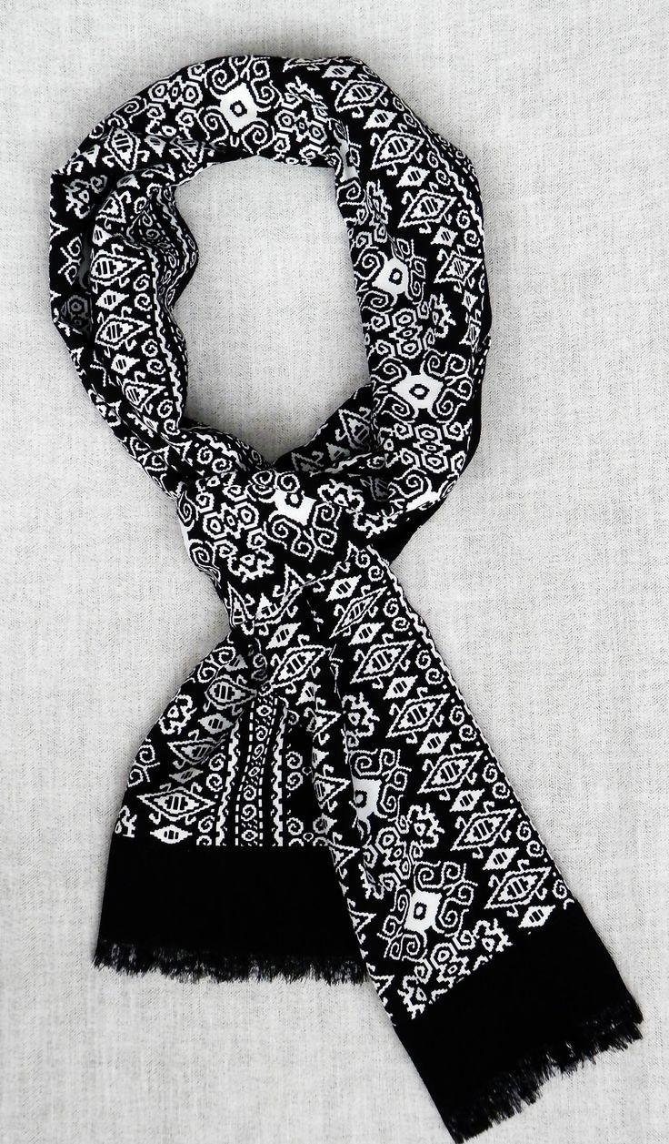 Bufanda reversible estampado azteca. http://lookbylyly.com/la-coleccion/hombre/