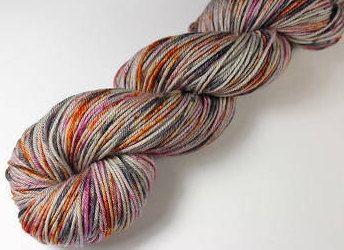 Voici ce que je viens d'ajouter dans ma boutique #etsy : Écheveau teint à la main - Fingering - 100% mérinos superwash - 50 g / 200 m - SOURICETTE EN GOGUETTE http://etsy.me/2z35aka #fournitures #gris #orrose #non #laine #1superfin #tapisserieettissage #oui #clainesbou
