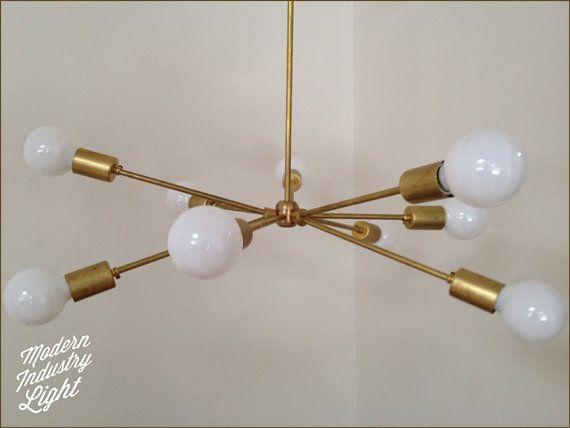 Lustre « Atomique » fabriqués à la main en laiton moderne - 9 ampoules. Un ajout remarquable à toute pièce qui a besoin de lumière.  Nous hâte dentendre de votre part et aime être admiré, épinglé, tweeté et noubliez pas de dire à vos amis à la prochaine partie que vous assistez.  Dimensions : Largeur 32 pouces autour et la baisse du plafond est de 30 pouces. Il ya une flexibilité dans le menu, il peut être plus ou moins selon vos besoins. Faites le moi savoir. Ampoules non incluses. Jai…