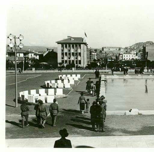 güven Park'taki havuz, arka planda Kızılay Binası ile Atatürk Bulvarı üzerindeki yeni yapılar ve Ankara Kalesi görülmektedir.01.07.1935 tarihli bir fotoğraf .