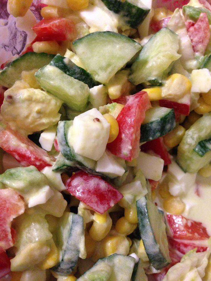 Салат с огурцом, авокадо, болгарским перцем, кукурузой, яйцом, пекинской капустой. Всё порезать, смешать, заправить сметаной.
