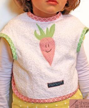 Baby- und Kleinkinder-Lätzchen, Mit Ärmelöffnung und süßer Karotten-Applikation - Nähanleitung via Makerist.de