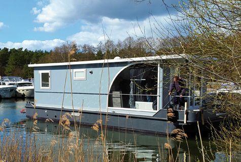 YachtSUITE   schwimmendes Ferienhaus Yachtcharter Schulz in Mecklenburgische Seenplatte