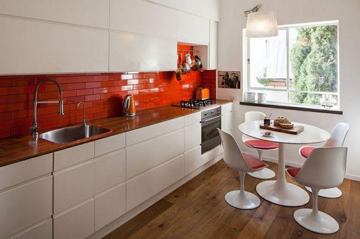 wohnideen küche rote küchenrückwand runder küchentisch