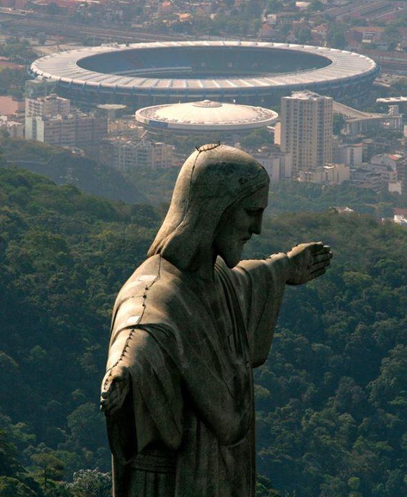 """Em primeiro plano, a estátua do Cristo Redentor, eleita uma das Sete Maravilhas do Mundo Moderno. Em seguida, o Ginásio Gilberto Cardoso (""""Maracanãzinho""""). E, ao fundo, o Estádio Mário Filho (mais conhecido como Maracanã), o maior estádio de futebol do mundo, na Zona Norte da cidade do Rio de Janeiro, RJ, Brasil."""