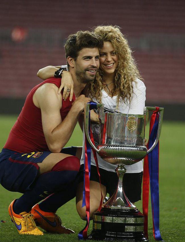Shakira y Piqué celebran el 'doblete' del Barça con un apasionado beso - Foto 2
