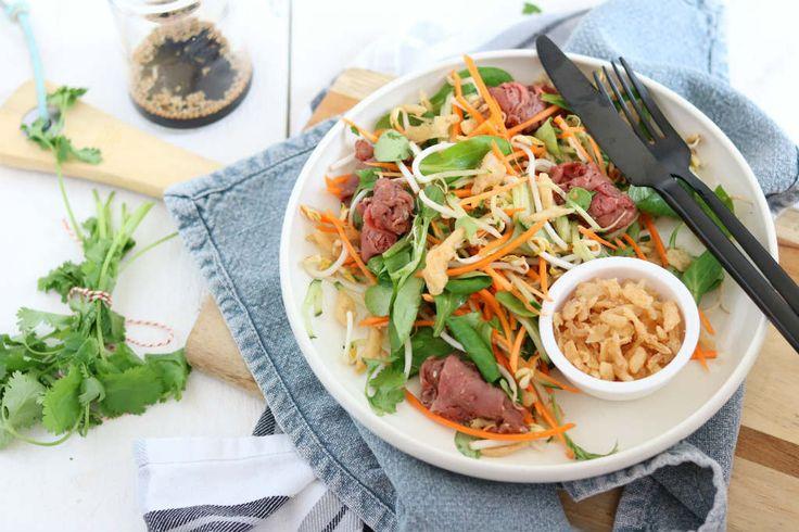 Een wortel taugé salade met een Crispy Salad Topping. Dit zijn ambachtelijk gebakken uitjes voor de finishing touch op een salade, soep of broodje.