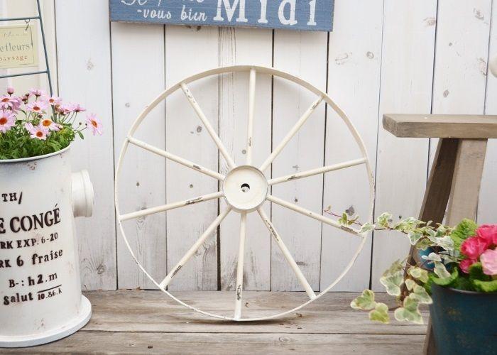 お庭にかわいい車輪のディスプレイ