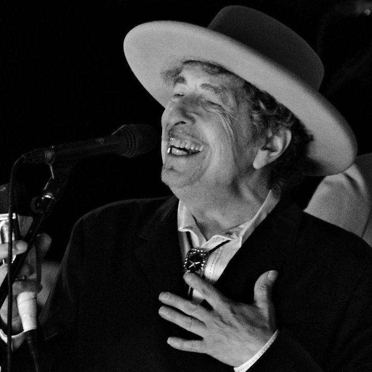 Bob Dylan a gagné le 2016 Prix Nobel de littérature.  Le 75-year-old compositeur américain suit écrivains dont Samuel Beckett, Harold Pinter et Alice Munro à recevoir le prestigieux prix.  Bien connu pour sa grande carrière en tant que chanteur-compositeur-interprète, et son rôle de figure de proue dans les années 1960 contre-culture, Dylan a écrit aussi une collection de expérimentale de la poésie en prose, de 1971 Tarantula.  Photo: REUTERS / Ki Prix / Fichiers #BobDylan #NobelPrize…