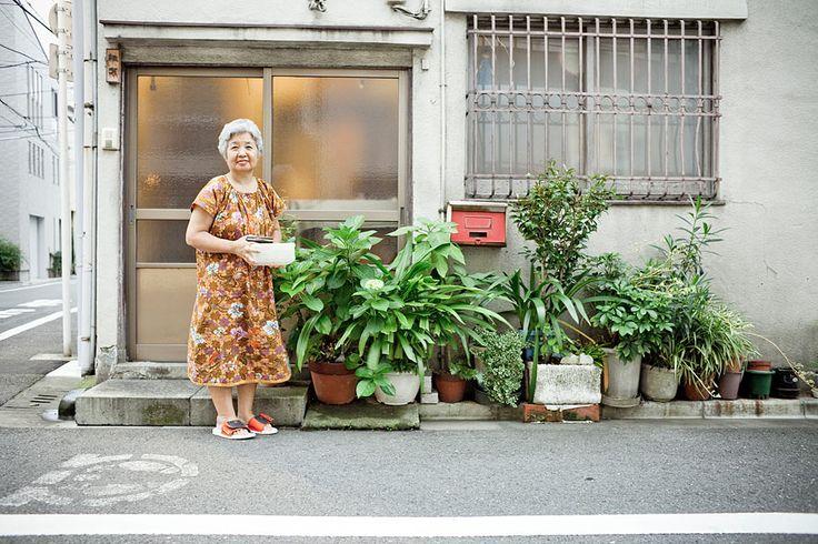 Tokyo Sidewalk Gardens - Gärtnern in der Mega-Metropole. Auch der geringste Freiraum wird mit viel Liebe und Fantasie genutzt, um in der Betonwüste grüne Lebensräume zu schaffen   (Foto von:  Fabrizio Giraldi  )
