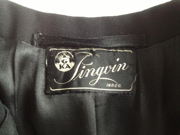 Vilket bra namn på ett varumärke i en frack - Pingvin. 1940-tal. Pingvin-fabriken i Brastad stod färdig 1939. Som mest arbetade 1000 personer med tillverkningen. Fabriken tillverkade från början gasmasker, och senare tillkom bland annat fallskärmar, ryggsäckar och damasker. Redan 1942 hade staten ingen användning för tillverkningen längre och fabriken blev en mer konventionell konfektionsfabrik, hyrd av Göteborgs Konfektions Aktiebolag (GKA).