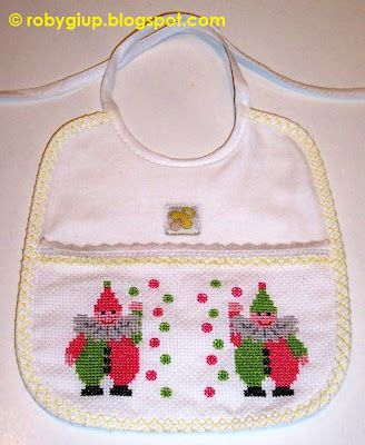 RobyGiup handmade: bavaglino ricamato a punto croce con due giocolieri - Cross-stitched bib with two jugglers