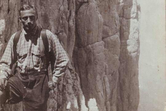 Paul Preuss oesterreichischer Alpinist geb.19.8.1886 in Altaussee gest.3.10.1913 Ausbildung Uni Wien.Der Koenig der Extremkletterei stuertzte mit 27 Jahren am Dachstein ab. Quelle: www.die welt.de