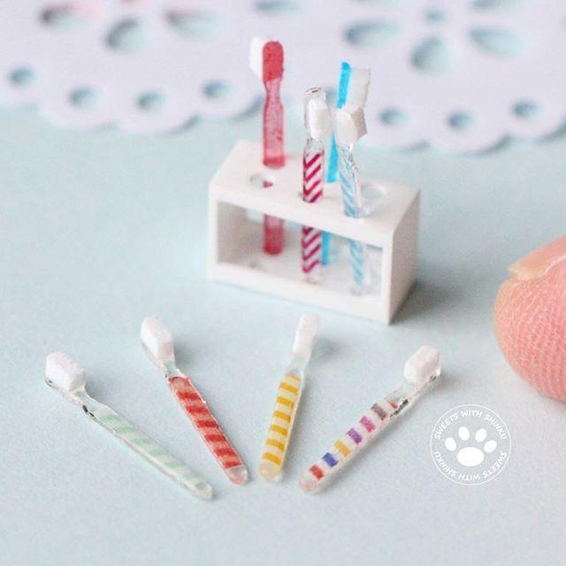 『歯磨きしましょう』 nunu先生の心斎橋教室の課題ですが…最初から作り直しました 歯ブラシはちょっとスリムにオシャレに。 スタンドは柄がみえるようにちょっと形を変えて。 ちなみに歯ブラシの幅は1mmちょっと 1/12サイズ #ミニチュア #歯ブラシ #歯ブラシたて #歯ブラシスタンド #洗面グッズ #サニタリー小物 #miniature #toothbrush #dollhouse #nunushouse #1mmの世界へようこそ