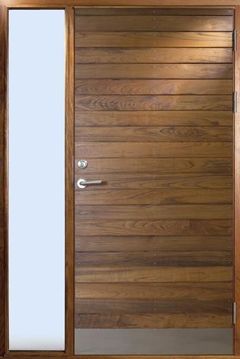 Exklusiva ytterdörrar i miljömärkta träslag sedan 1943. Långö är en ytterdörr med liggande massiv panel där panelerna är skruvade med rostfri syrafast skruv
