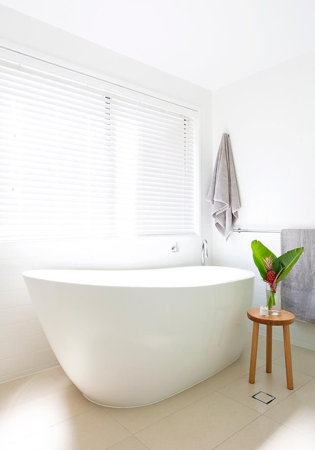 White bathroom from a Scandi style home with a fresh neutral interior. Photo: Elouise Van riet-Gray | Story: homes+