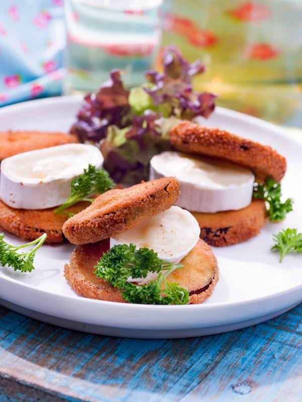 1. Was de aubergine en snij in plakjes. 2. Wentel ze achtereenvolgens in de bloem, losgeklopte eieren en paneermeel. 3. Bak de aubergineplakjes 2 à 3 minuten aan beide zijden in olie. Laat uitlekken op keukenpapier. 4. Snij de kaas in plakjes. Leg tussen 2 gebakken aubergineschijfjes. 5.