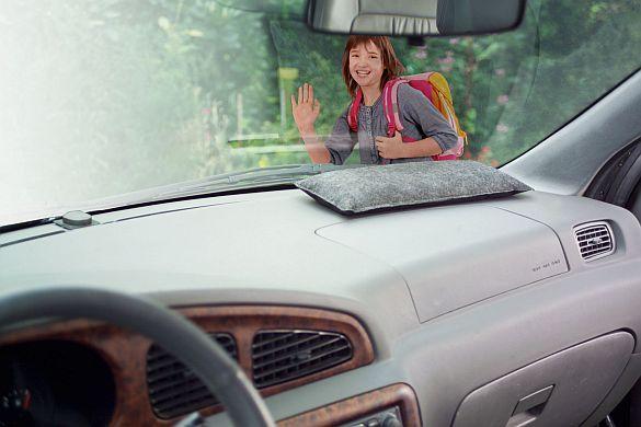 Mit klarer Sicht sicher ans Ziel. Gefahr durch beschlagene Scheiben: Entfeuchterkissen im Auto beugen vor. Luftentfeuchter verhindern, dass bei kalten und regnerischen Bedingungen die Autoscheiben ständig beschlagen. Foto: djd/ThoMar OHG