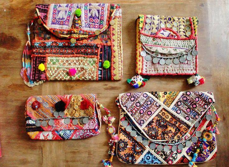Coloridos clutchs bordados con telas de la India y adornados con espejos, monedas y pompones.Modelo GoldModelo SilverModelo BronzeModelo Copper