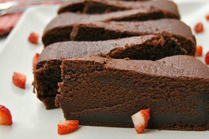 Úžasná čokoládová torta úplne bez múky.Potrebujete iba 3 ingrediencie a môžete mať extrémne dobrú čokoládovú tortu, ktorá je hotová naozaj rýchlo.Ideálne, keď sa objaví nečakaná návšteva alebo vás len chytí chuť na sladké. Ingrediencie na8porcií 175 g horkej čokolády (70%) 7 vajec 140 g masla Postup Celkový čas prípravy:45 min 1. Predhrejte rúru na 130 ° C. 2. Nalámte čokoládu