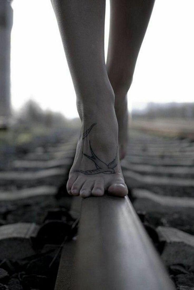 beau tatouage hirondelle délicate sur le pied