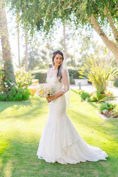 Dieses schlanke Brautkleid mit illusorischen Ärmeln beweist, dass …   – Wedding Dresses