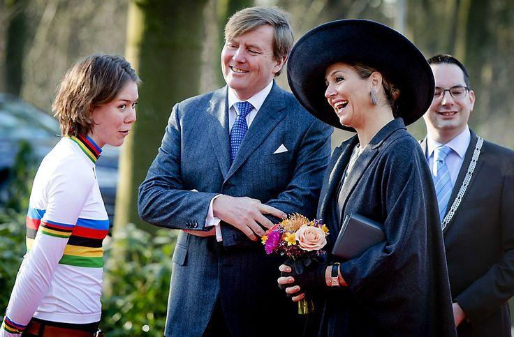 Koning Willem-Alexander en koningin Máxima zijn dinsdag in West-Brabant. het koningspaar arriveerde dinsdagochtend in Ossendrecht. beeld ANP