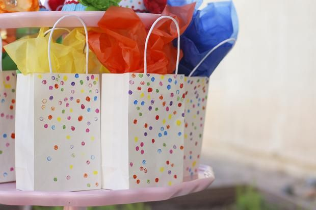 Añade color a sencillas bolsas blancas con puntitos de pintura y papel de seda de colores / Add colour to simple white party bags with dots of paint and colourful tissue paper