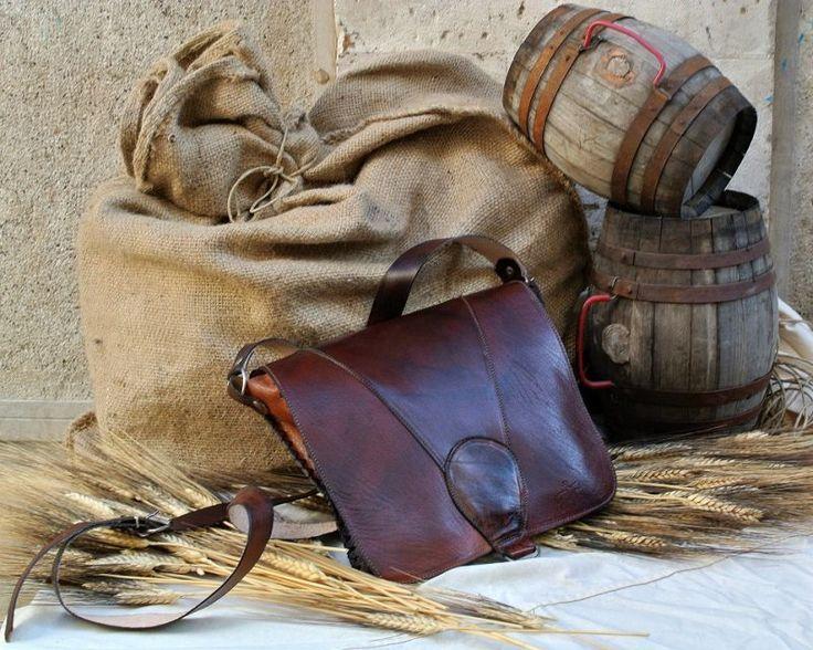 Borsa Postino Slim  Borsa a tracolla artigianale in cuoio di bufalino tinteggiato.  Realizzata e cucita a mano, ha un'unica tasca capiente, con chiusura a bottone calamitato e tracolla regolabile.  #artigianato #pelle #borse #bag #madeinitaly #leather