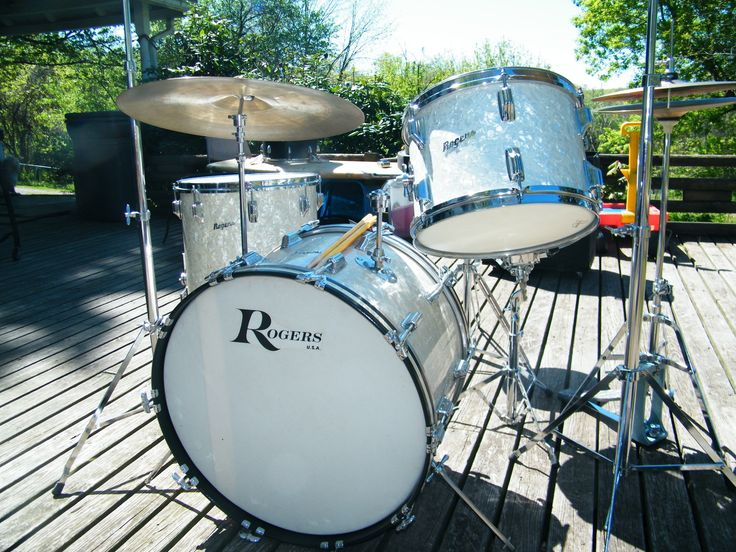 Had a set of Rogers like this when I was thirteen!! I thought I was Peter Criss.