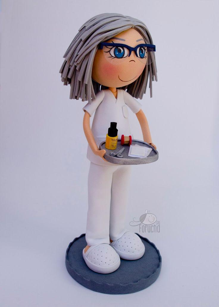 Fofucha enfermera con pijama, zuecos, gafas y bandeja para curas