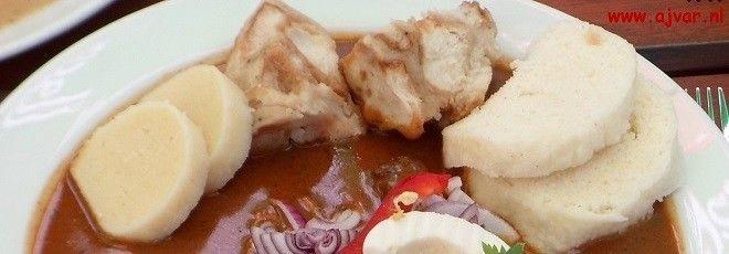 Vijf recepten voor de beroemde Tsjechische knoedels, de knedlíky; drie van brood- en twee van aardappeldeeg: houskové knedlíky, kynuté knedlíky, Karlovarské knedlíky, Sumavské knedlíky en bramborové knedlíky.