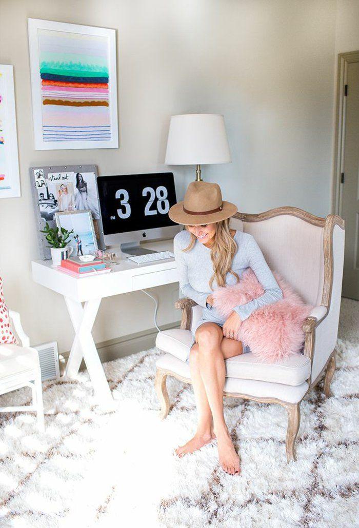 Teppichboden und bequemer Antik-Sessel im Home-Office