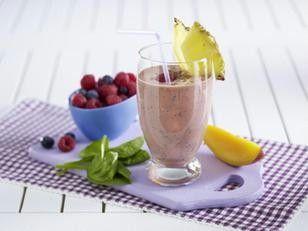 Frühstücks-Smoothie mit Beeren, Spinat und Mango Rezept