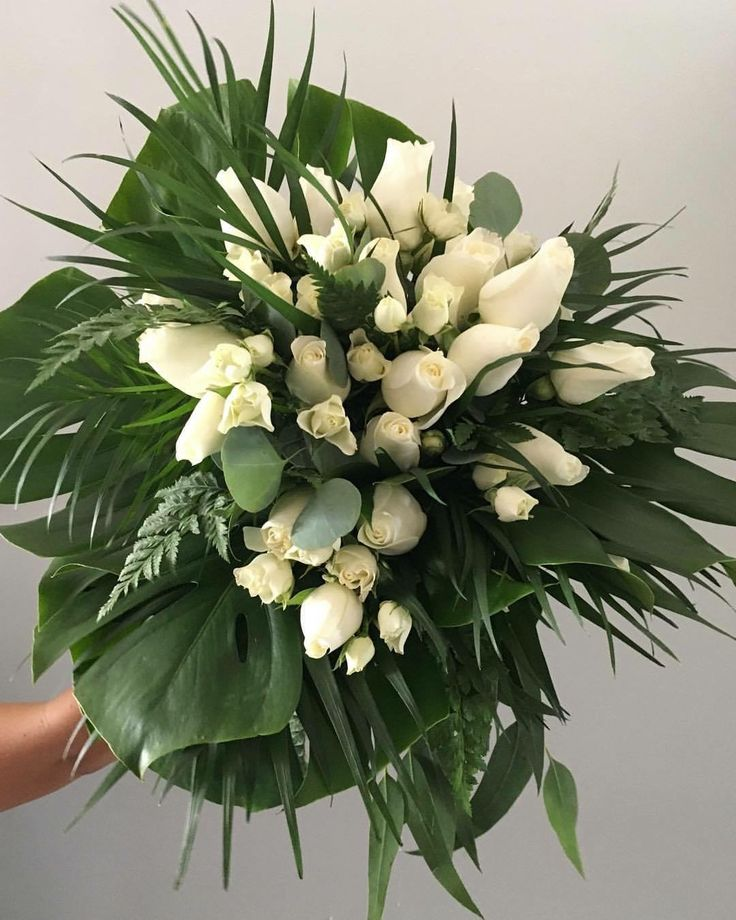 CBR434 wedding Riviera Maya ' white and wild bouquet style, tropical leaves , ferns and roses / ramo de novia con hojas follajes y flores blancas