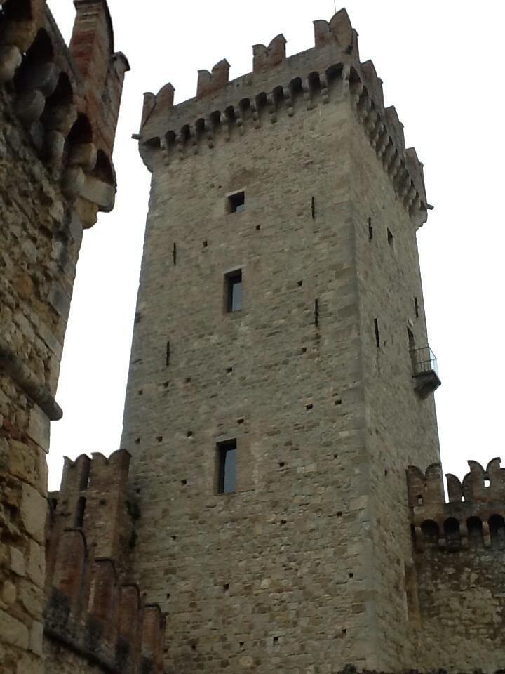 Twitter / ombasini: Il Mastio del Castello di Vigoleno sullo sfondo di un invernale cielo d'aprile #Piacenza #EmiliaRomagna