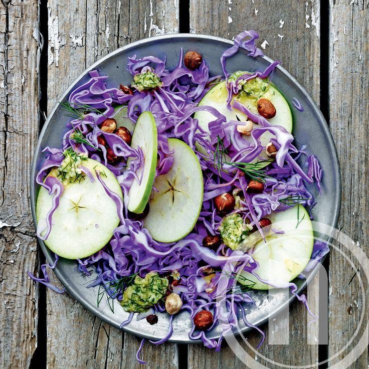 Cæsarsalat med spidskål, æble og nødder