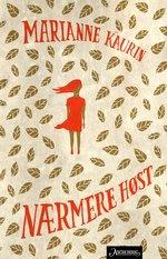 """I en bygård på Grünerløkka sitter Sonja og venter på søsteren Ilse. Hun skulle ha vært hjemme for lenge siden. Ute faller årets første snø. Plutselig banker det på døren. Utenfor står tre politimenn. Året er 1942.   """"Nærmere høst"""" er en roman om å håpe og om å miste - om små tilfeldigheter og store drømmer."""