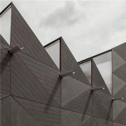 EQUITONE [linea] fibercementskiva från Ivarsson ger en spännande skuggeffekt på fasaden