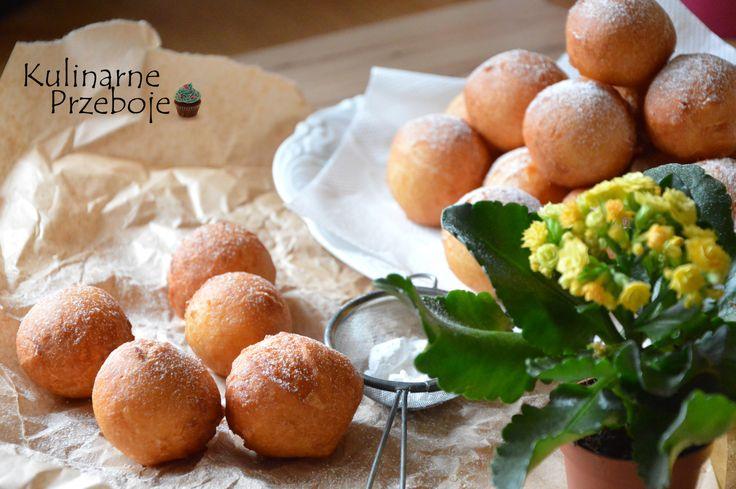 pączki w 5 minut300g twarogu z wiaderka (lub twaróg minimum 3-krotnie mielony) 2 duże jajka 3 czubate łyżki cukru pudru (ok. 60g) do ciasta + odrobina do oprószenia pączków 2 szklanki* mąki pszennej (ok. 320g) szczypta soli 2 płaskie łyżeczki proszku do pieczenia 1 łyżeczka aromatu cytrynowego 1 kieliszek wódki (25ml; by pączki wchłaniały mniej tłuszczu) olej do smażenia *szklanka 250ml