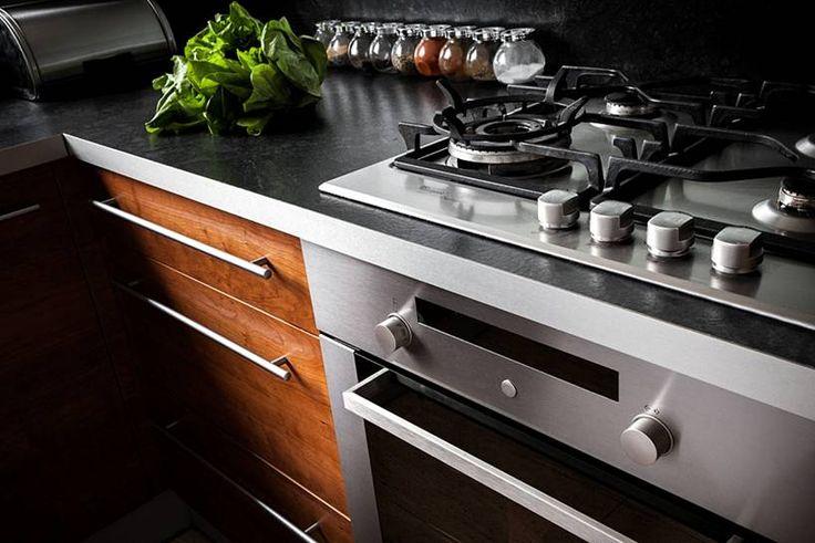 """Kuchnia w kształcie litery """"L"""" subtelnie oddzielona od pozostałych pomieszczeń, mająca jednak charakter otwarty, widoczna z pokoju dziennego. Bardzo ergonomicznie urządzona, minimalistyczna.  Projekt i realizacja MEBLE MERDA Twoje wnętrze, Twój charakter www.meblemerda.pl #meblekuchenne #wnetrza #meble #kuchnie"""