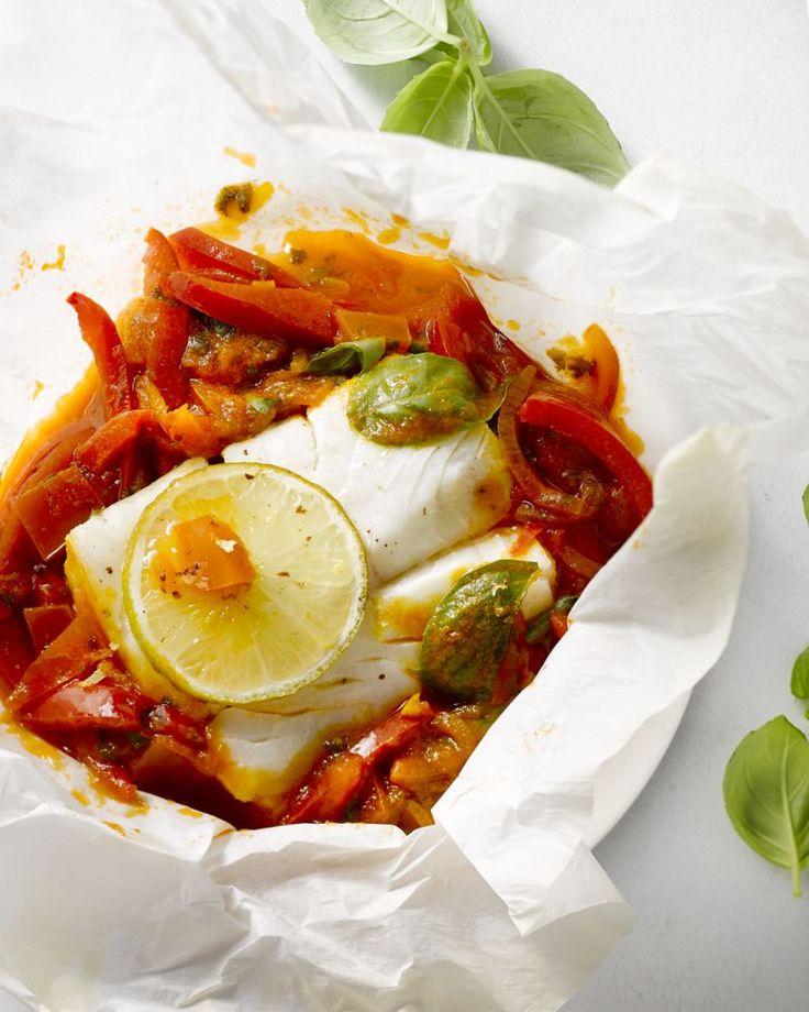 Een lekker licht en eenvoudig gerechtje, deze papillot van kabeljauw met paprika en tomatenblokjes. Met lekker veel kruiden en limoen voor een frisse toets.