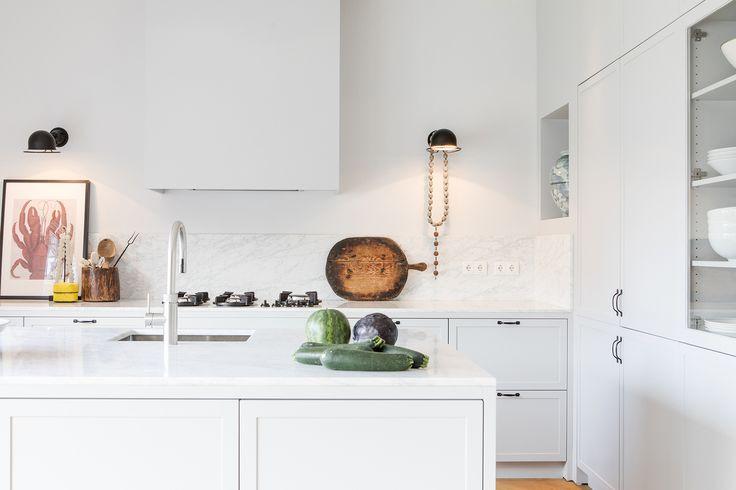 Moderne witte keuken in luxe penthouse | Interieurontwerp: SIES home Interior Design | Wooninspiratie en de beste interieurontwerpers vind je op OBLY.com