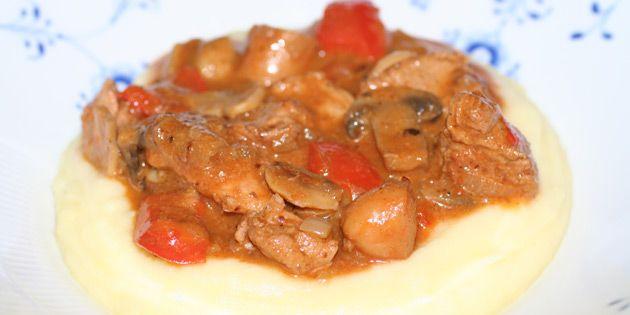 God og gedigen jægergryde med både svinemørbrad, pølser og grøntsager i vidunderlig paprikasovs.