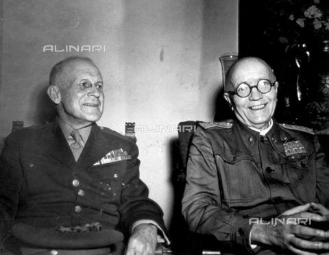 Istantanea del generale Pietro Badoglio e del generale statunitense Kenyon Joyce scattata nel corso di una conferenza all'aeroporto di Brindisi