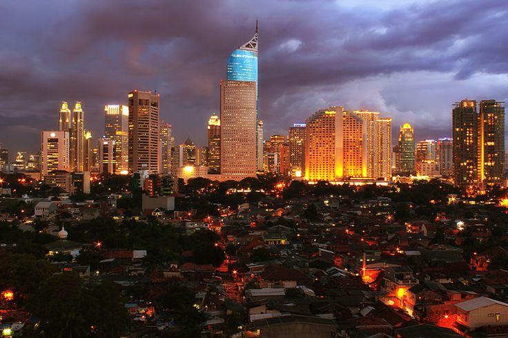 インドネシア、ジャカルタ > ジャカルタの夜景には、独特の魅力がある。Photo by Ismed Hasibuan via 500px.