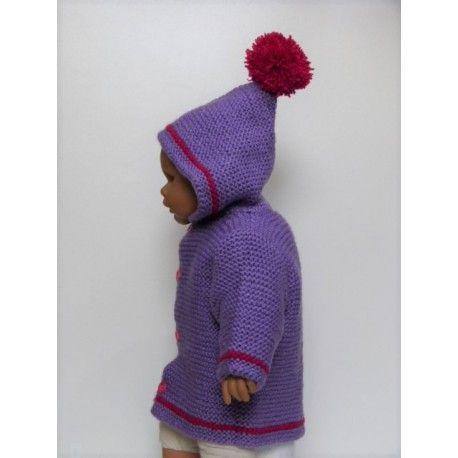 Très beau paletot pour bébé fille en laine acrylique tricoté main de couleur mauve & petites rayures rose fuchsia. Manteau mauve avec capuche et un pompon ( pompon fuchsia ). Ce paletot est tricoté en laine acrylique très douce et chaude. Tricoté au point mousse, lavage 30°.