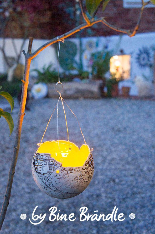 Hängendes, Gelbes Windlicht Im Garten. Leuchtende Garten Kugeln Selbst  Töpfern. Mehr Tolle