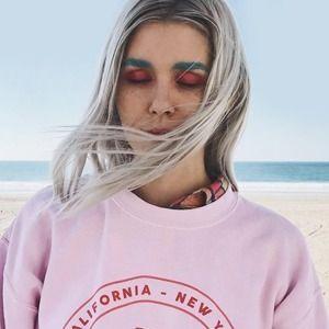 Её изумрудные брови: Как яркий макияж изменил мои отношения с внешностью — Эксперимент на Wonderzine