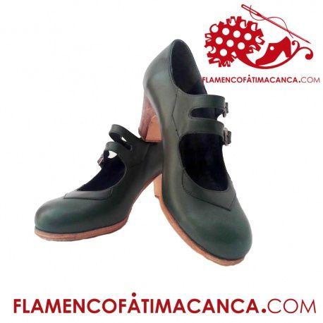 Modelo 2 Hebillas Calzado flamenco de línea clásica con dos correas en forma paralela y collarín  en la pala, tanto las dos coreas, como el collarín pueden hacerse en distinto material o color al del zapato. Suela doble de cuero cosida. Doble cantidad de clavos en puntera y tacón puesto uno a uno con pulido final. Refuerzos en puntera y talón. El proceso de fabricación de los zapatos es de unos 15/20 días.